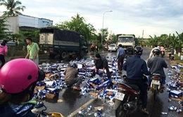 Người dân Đồng Nai giúp tài xế thu dọn hàng nghìn lon bia rơi vãi
