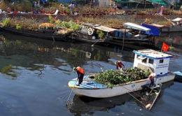 Nhọc nhằn nghề vớt rác trên sông