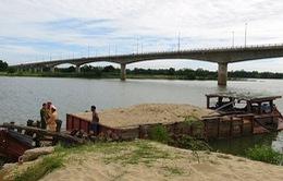Bắt tàu khai thác cát trái phép trên sông Thu Bồn