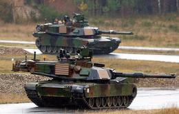 Mỹ đưa hàng loạt xe tăng, xe quân sự tới châu Âu
