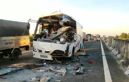 Tiền Giang: Xe khách đâm đuôi xe tải, 1 người chết, nhiều người bị thương