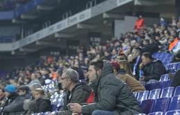 CĐV Barca rút súng uy hiếp fan Espanyol ngay trên sân