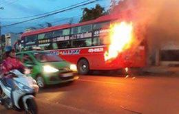 Đăk Lăk: Xe khách cháy ngùn ngụt trên Quốc lộ, hàng chục người tháo chạy