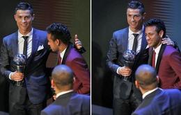 Neymar bí mật lôi kéo Ronaldo về PSG tại Lễ trao giải FIFA The Best?