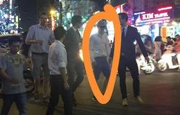 Bất ngờ với hình ảnh tài tử Matt Damon dạo chơi phố Bùi Viện