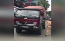 Clip: Xe tải chạy lùi giữa phố Hà Nội bỏ trốn CSGT
