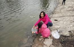 Muôn kiểu thả cá của người dân Hà Nội