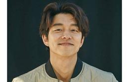 """Gong Yoo """"đốn tim"""" fan bởi vẻ bụi bặm, phóng khoáng"""