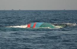 Kịp thời cứu 7 thuyền viên gặp nạn trên vùng biển Cà Mau