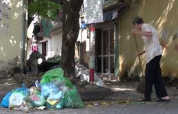 Gặp gỡ cụ bà hơn 10 năm dọn rác không công cho khu phố