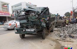 Nghệ An: Hai xe tải va chạm mạnh, người dân cạy cửa cứu tài xế gãy chân kẹt trong cabin