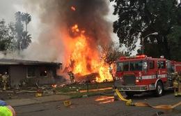Mỹ: Máy bay rơi trúng nhà dân, 5 người thương vong
