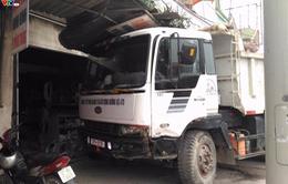 Xe tải nổ lốp kéo lê xe 4 chỗ hàng chục mét và đâm vào nhà dân