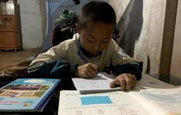 Cậu bé mồ côi mẹ và nghị lực vượt khó học tập