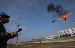 Máy bay không người lái dọn rác vướng trên dây điện ở Trung Quốc