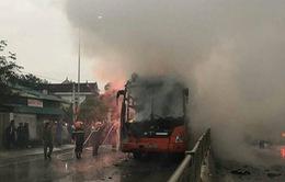 Xe khách đột nhiên bốc cháy tại Nghệ An, hai người thoát thân