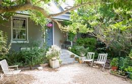 Căn nhà có khoảng sân xinh xắn và không gian màu pastel nhẹ nhàng