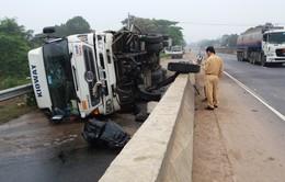 Quảng Trị: Xe tải rơi bánh trước, lật trên Quốc lộ 1