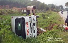 Nghệ An: Liên tiếp hai vụ tai nạn, hai ô tô bị lật