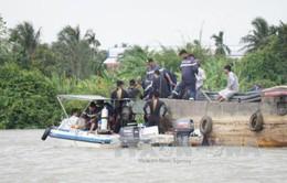 Sà lan đâm tàu chở cát trên sông Sài Gòn, 2 người mất tích