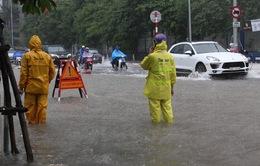 Mưa to gây ngập nhiều tuyến đường ở Hà Nội