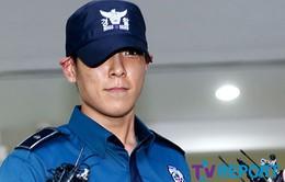 """Mỉm cười khi bị đuổi khỏi quân ngũ, T.O.P (Big Bang) bị """"ném đá"""" không thương tiếc"""