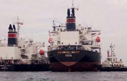 Bắt đầu chuyển hóa chất từ tàu mắc cạn ở Bình Thuận