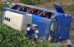 Thừa Thiên Huế: Lật xe khách xuống ruộng, 4 người bị thương