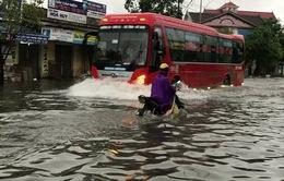 Nhiều tuyến đường tại TP. Vinh (Nghệ An) ngập sâu do mưa lớn
