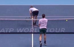 Đối thủ hành động phản cảm, Federer đánh hỏng khó tin
