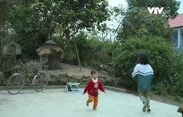 Hai đứa trẻ có mẹ thiểu năng trí tuệ phải sống với ông bà già yếu