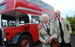 Cụ ông mua xe bus tặng vợ kỷ niệm 60 năm lần đầu gặp nhau