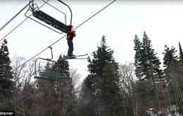 Mỹ: Cậu bé bị treo lơ lửng vì thang kéo trượt tuyết