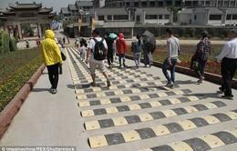 Trung Quốc gắn gờ giảm tốc độ... người đi bộ