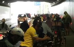 Phát áo mưa miễn phí cho người dân qua đường hầm sông Sài Gòn