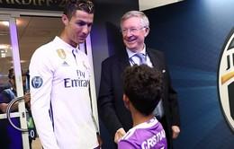Sir Alex xuống tận sân chúc mừng C.Ronaldo trong ngày lịch sử