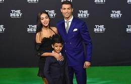 Có bạn gái nhưng Cristiano Ronaldo lại mượn phụ nữ khác đẻ con?