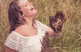 """Bà bầu """"chơi trội"""" chụp ảnh với 20.000 con ong bu kín người"""