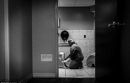Hình ảnh nữ y tá giúp sản phụ mới sinh trong nhà vệ sinh gây xúc động mạnh