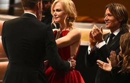 Emmy 2017: Nicole Kidman hôn môi chúc mừng bạn diễn trước mặt chồng