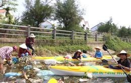 Du lịch… vớt rác tại Hội An