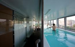 Độc đáo căn hộ với bể bơi kính ngay trong nhà