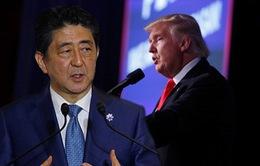 Điều gì ẩn sau cái bắt tay 19 giây giữa Tổng thống Mỹ và Thủ tướng Nhật?