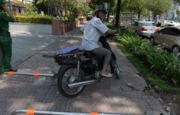 """Xe máy """"thản nhiên"""" leo vỉa hè, vượt barie tại TP.HCM"""
