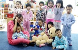 Các bé mẫu giáo ngộ nghĩnh mặc đồ ngủ… đi học