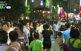 Người dân và du khách thích thú với tuyến phố đi bộ ở Huế