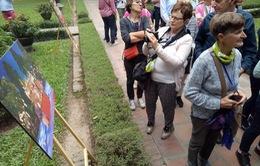 Triển lãm ảnh Thu Vọng Nguyệt thu hút khách du lịch nước ngoài