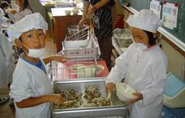 Nhật Bản: Giáo dục ý thức và công việc cho học sinh với bữa trưa trong trường học