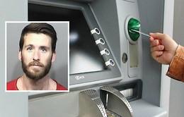 """Người đàn ông """"hành hung"""" cây ATM vì nhả ra quá nhiều tiền"""