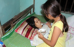 Cảm phục bé 9 tuổi chăm mẹ nằm liệt đã 9 năm trời